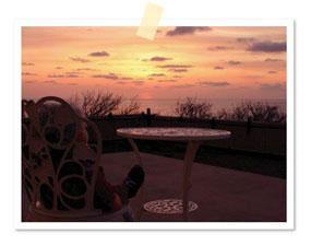 終わった後にテラスで夕陽を眺めるワシ