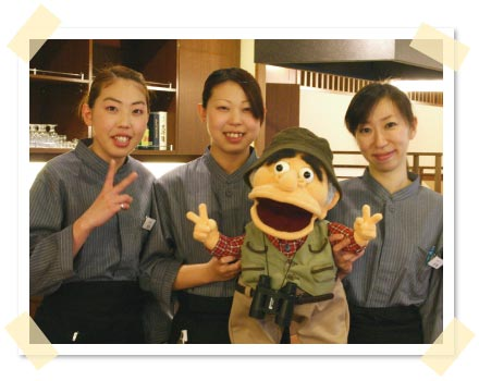 スタッフの浩世さん(右)と咲子さん(中)と愛子さん(左)と記念撮影