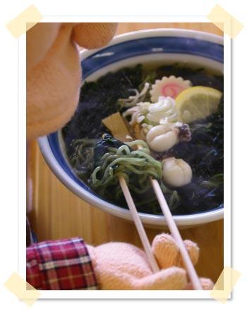 海藻をかきわけると緑色の麺が