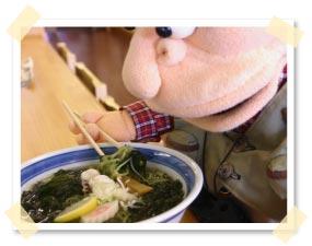 緑色の麺からワカメの香りと味がほんのり
