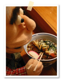 締めはウワサの天ぷらそばで