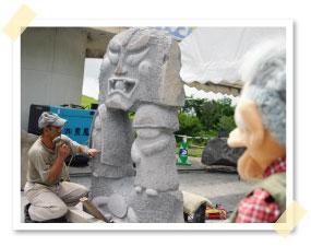 彫刻家の田中毅さんがノミを振るう