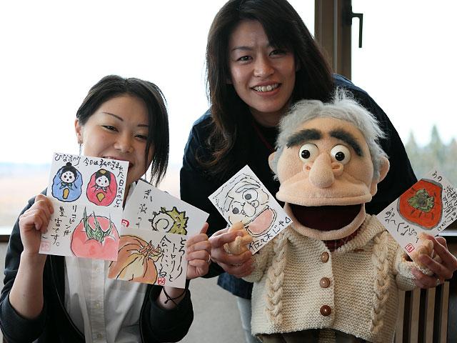 絵手紙体験の先生役をつとめる雄山閣若女将の佳子ママと記念撮影